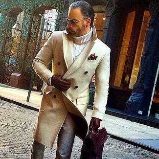 Comment porter: pardessus beige, pull à col roulé en tricot blanc, pantalon de costume en laine gris, serviette en cuir bordeaux