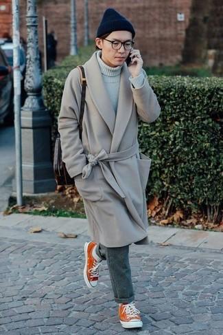 Comment porter: pardessus gris, pull à col roulé gris, pantalon de costume en laine gris, baskets basses orange