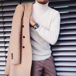 Comment porter: pardessus marron clair, pull à col roulé blanc, pantalon de costume en laine marron, montre argentée
