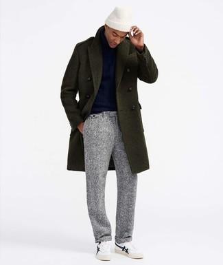 Comment porter: pardessus olive, pull à col roulé bleu marine, pantalon de costume en laine gris, baskets basses blanches