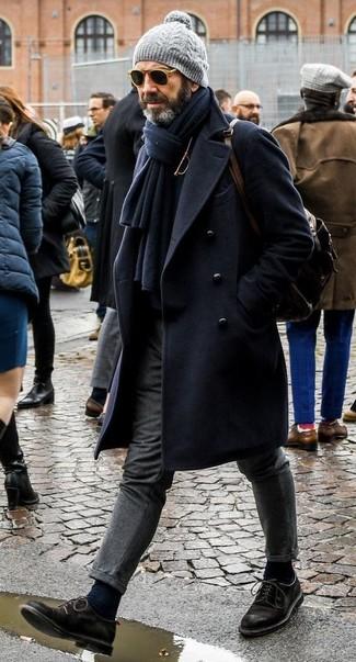 Comment porter: pardessus bleu marine, pull à col roulé noir, pantalon de costume en laine gris, chaussures derby en daim noires