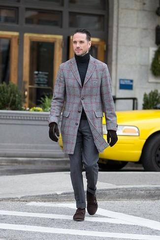 Comment porter: pardessus écossais gris, pull à col roulé noir, pantalon de costume gris foncé, double monks en daim marron foncé