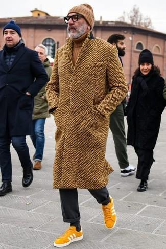 Comment porter: pardessus à chevrons marron, pull à col roulé marron, pantalon de costume noir, baskets basses en daim moutarde