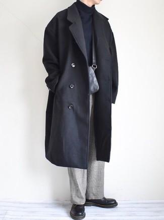 Comment porter: pardessus noir, pull à col roulé noir, pantalon de costume écossais gris, chaussures derby en cuir noires