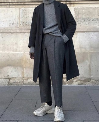 Comment porter: pardessus noir, pull à col roulé en tricot gris, pantalon de costume en laine gris foncé, chaussures de sport beiges