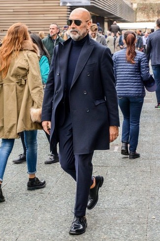Comment porter: pardessus noir, pull à col roulé bleu marine, pantalon de costume à rayures verticales bleu marine, chaussures derby en cuir noires