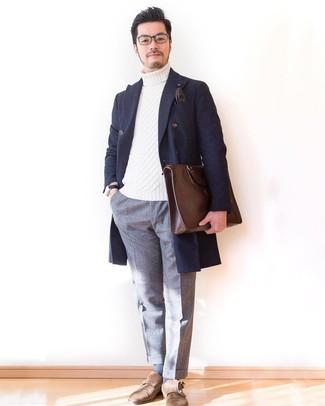 Comment porter une serviette en cuir marron foncé: Garde une tenue relax avec un pardessus écossais bleu marine et une serviette en cuir marron foncé. Une paire de des double monks en daim marron est une façon simple d'améliorer ton look.