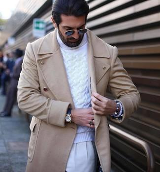 Comment porter: pardessus beige, pull à col roulé en tricot blanc, pantalon de costume blanc, montre en cuir noire