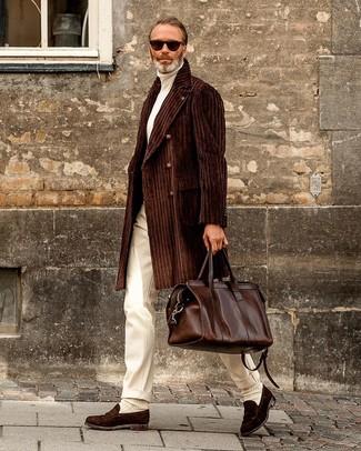 Tenue: Pardessus marron foncé, Pull à col roulé blanc, Pantalon de costume blanc, Slippers en daim marron foncé