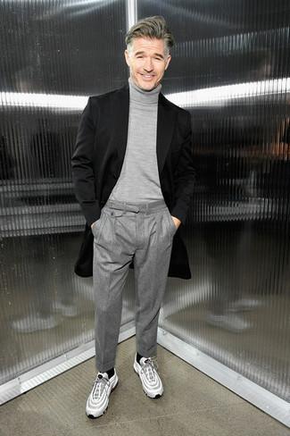 Comment porter un pantalon de costume en laine gris: Opte pour un pardessus noir avec un pantalon de costume en laine gris pour une silhouette classique et raffinée. Tu veux y aller doucement avec les chaussures? Termine ce look avec une paire de des chaussures de sport blanches pour la journée.