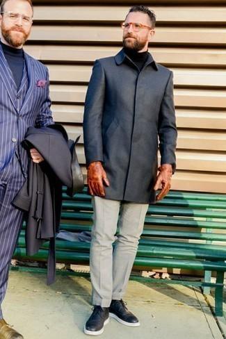 Comment porter des gants en cuir tabac: Opte pour le confort dans un pardessus gris foncé et des gants en cuir tabac. Jouez la carte classique pour les chaussures et opte pour une paire de des chaussures brogues en cuir noires.