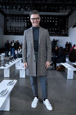 Comment porter un pantalon de costume en laine gris: Harmonise un pardessus écossais gris avec un pantalon de costume en laine gris pour une silhouette classique et raffinée. Tu veux y aller doucement avec les chaussures? Assortis cette tenue avec une paire de des baskets basses en cuir blanches pour la journée.