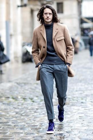 Comment porter des chaussettes noires: Pense à marier un pardessus marron clair avec des chaussettes noires pour un look confortable et décontracté. Une paire de des baskets basses en cuir violettes s'intégrera de manière fluide à une grande variété de tenues.