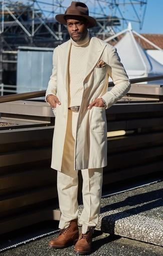 Comment porter un chapeau en laine marron foncé: Pour une tenue aussi confortable que ton canapé, porte un pardessus beige et un chapeau en laine marron foncé. Rehausse cet ensemble avec une paire de des chaussures brogues en cuir marron.