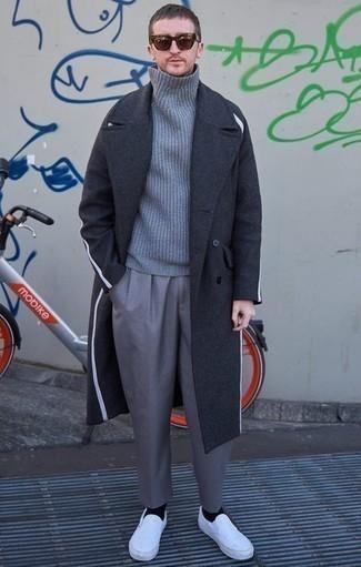 Comment porter un pardessus gris foncé: Choisis un pardessus gris foncé et un pantalon de costume gris pour une silhouette classique et raffinée. Pourquoi ne pas ajouter une paire de des baskets à enfiler en toile blanches à l'ensemble pour une allure plus décontractée?
