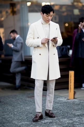 Tendances mode hommes: Harmonise un pardessus blanc avec un pantalon de costume gris pour un look pointu et élégant. Pourquoi ne pas ajouter une paire de des mocassins à pampilles en cuir bordeaux à l'ensemble pour une allure plus décontractée?