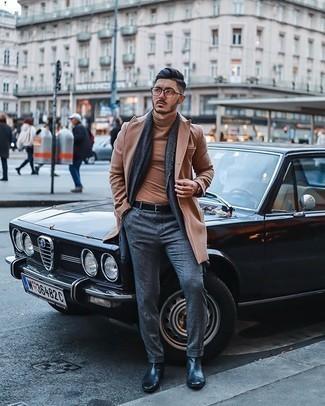 Comment porter un pardessus marron clair: Opte pour un pardessus marron clair avec un pantalon de costume en laine gris pour un look classique et élégant. Si tu veux éviter un look trop formel, choisis une paire de des bottines chelsea en cuir noires.