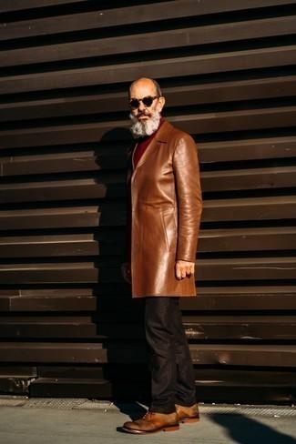 Comment s'habiller après 60 ans: Pense à marier un pardessus en cuir marron avec un pantalon de costume marron foncé pour une silhouette classique et raffinée. Une paire de chaussures richelieu en cuir tabac est une option judicieux pour complèter cette tenue.