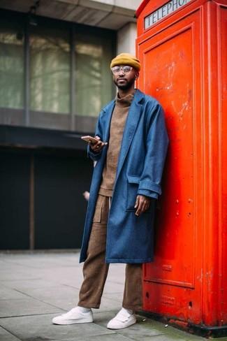 Comment porter: pardessus bleu, pull à col roulé marron, pantalon de jogging marron, baskets basses en cuir blanches