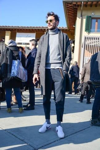 Comment porter: pardessus gris, pull à col roulé en tricot gris, t-shirt à col rond blanc, pantalon chino noir