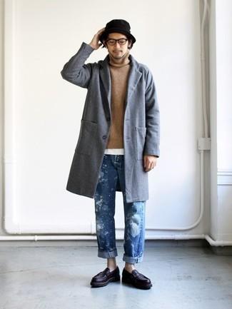 Comment porter: pardessus gris, pull à col roulé marron clair, t-shirt à col rond blanc, jean bleu
