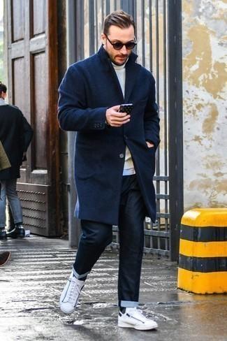 Comment porter un pull à col roulé en laine blanc: Associe un pull à col roulé en laine blanc avec un jean bleu marine pour un look de tous les jours facile à porter. Cet ensemble est parfait avec une paire de des baskets basses en cuir blanches.