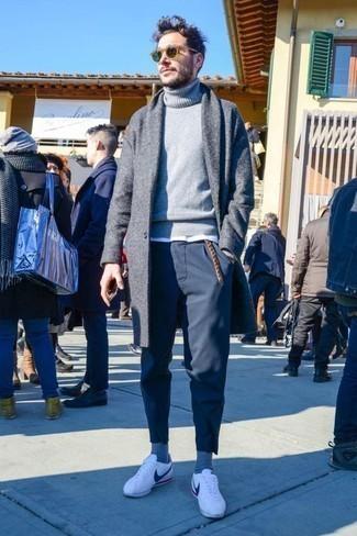 Comment porter un pull gris: Marie un pull gris avec un pantalon chino bleu marine pour obtenir un look relax mais stylé. Jouez la carte classique pour les chaussures et choisis une paire de des baskets basses en cuir blanches.