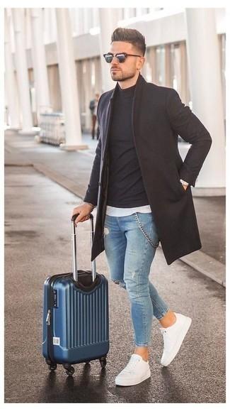 Comment porter un jean déchiré bleu clair: Marie un pardessus marron foncé avec un jean déchiré bleu clair pour une tenue confortable aussi composée avec goût. Une paire de des baskets basses en toile blanches s'intégrera de manière fluide à une grande variété de tenues.