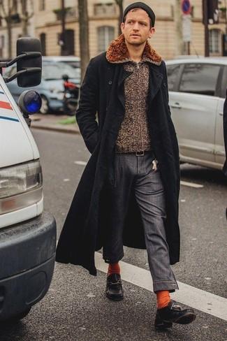 Comment porter: pardessus noir, pull à fermeture éclair marron, pantalon chino gris foncé, chaussures bateau en cuir noires