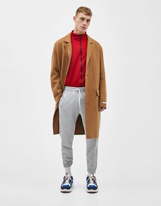 Comment porter: pardessus marron, pull à fermeture éclair rouge, pantalon de jogging gris, chaussures de sport en daim multicolores