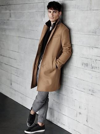Comment porter: pardessus marron clair, pull à fermeture éclair noir, t-shirt à col rond gris, pantalon de jogging gris
