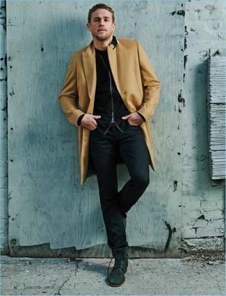 Comment porter: pardessus marron clair, pull à fermeture éclair noir, t-shirt à col rond noir, jean noir