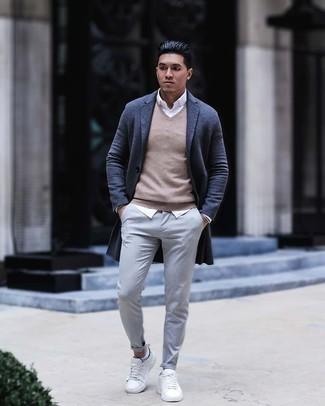 Comment porter des baskets basses en toile blanches: Porte un pardessus gris foncé et un pantalon chino gris pour aller au bureau. Si tu veux éviter un look trop formel, opte pour une paire de baskets basses en toile blanches.