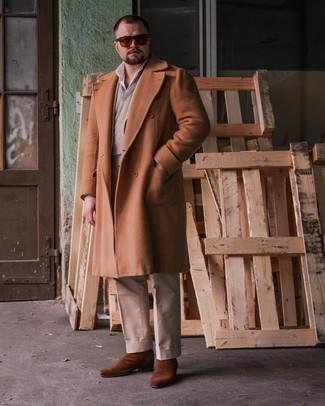 Tendances mode hommes: Pense à marier un pardessus tabac avec un pantalon de costume beige pour dégager classe et sophistication. Jouez la carte décontractée pour les chaussures et fais d'une paire de bottines chelsea en daim marron ton choix de souliers.