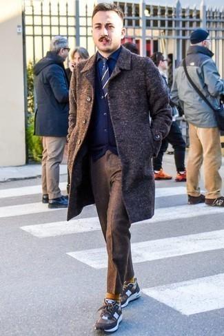 Comment porter un pardessus marron foncé: Pense à porter un pardessus marron foncé et un pantalon chino en laine marron pour aller au bureau. Tu veux y aller doucement avec les chaussures? Choisis une paire de des chaussures de sport marron pour la journée.