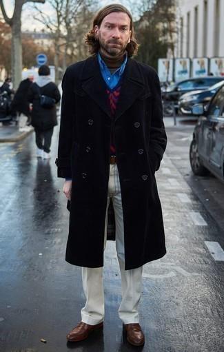 Comment porter un pull à col roulé marron: Pour une tenue de tous les jours pleine de caractère et de personnalité harmonise un pull à col roulé marron avec un pantalon chino blanc. Ajoute une paire de des slippers en cuir marron à ton look pour une amélioration instantanée de ton style.