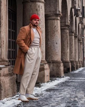 Tendances mode hommes: Associe un pardessus tabac avec un pantalon de costume beige pour un look pointu et élégant. D'une humeur créatrice? Assortis ta tenue avec une paire de baskets basses en cuir blanches.
