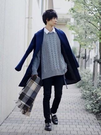 Comment porter: pardessus bleu marine, pull torsadé gris, chemise à manches longues blanche, jean skinny noir