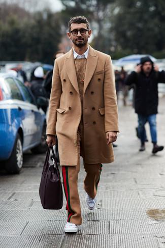 Comment porter: pardessus marron clair, pull torsadé marron clair, chemise à manches longues blanche, pantalon de costume en laine marron clair