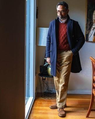 Comment porter un pardessus bleu marine: Harmonise un pardessus bleu marine avec un pantalon chino marron clair pour achever un look habillé mais pas trop. D'une humeur audacieuse? Complète ta tenue avec une paire de des bottines chukka en daim marron.