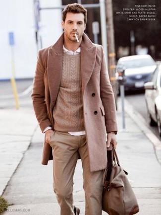 Comment porter: pardessus marron clair, pull torsadé marron clair, chemise à manches longues blanche, pantalon chino marron clair