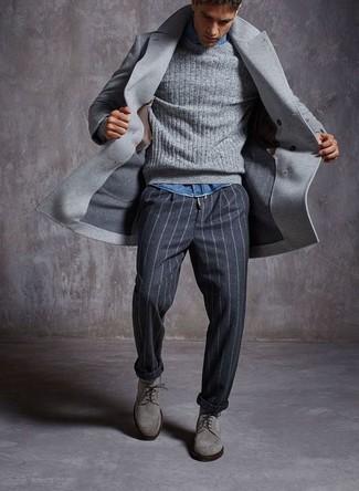 Comment porter: pardessus gris, pull torsadé gris, chemise en jean bleue, pantalon de costume à rayures verticales gris foncé
