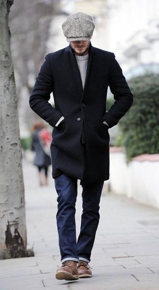 Comment porter: pardessus noir, pull torsadé blanc, jean bleu marine, bottes de loisirs en cuir marron