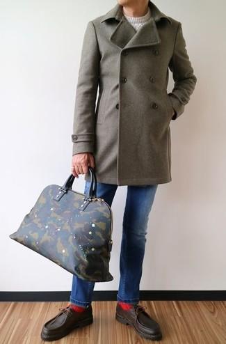 Comment porter: pardessus olive, pull torsadé blanc, jean bleu, chaussures bateau en cuir marron foncé
