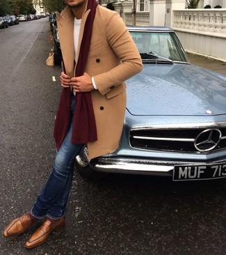 Comment porter des slippers en cuir marron clair: Pense à harmoniser un pardessus marron clair avec un jean skinny bleu pour affronter sans effort les défis que la journée te réserve. Une paire de des slippers en cuir marron clair apportera une esthétique classique à l'ensemble.