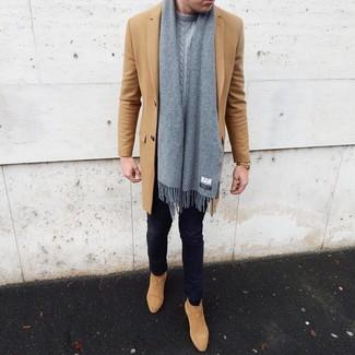 Comment porter: pardessus marron clair, pull torsadé gris, jean skinny bleu marine, bottines chelsea en daim marron clair