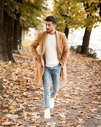 Comment porter des baskets basses en toile blanches: Associe un pardessus marron clair avec un jean skinny bleu clair pour un déjeuner le dimanche entre amis. Si tu veux éviter un look trop formel, assortis cette tenue avec une paire de baskets basses en toile blanches.