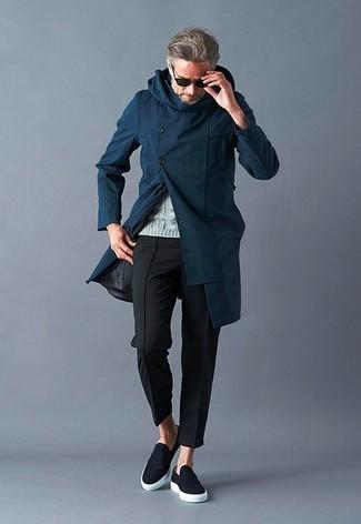 Comment porter: pardessus bleu marine, pull torsadé gris, pantalon chino noir, baskets à enfiler noires
