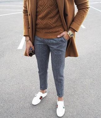 Comment porter: pardessus marron, pull torsadé marron, pantalon chino en laine gris, baskets basses en cuir blanches