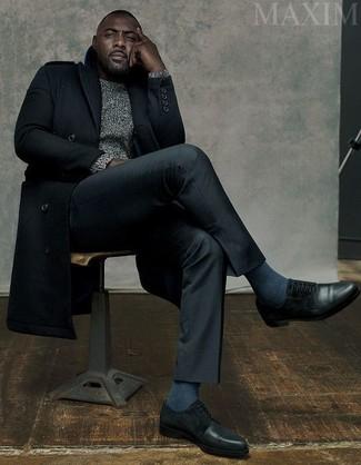 Tenue de Idris Elba: Pardessus noir, Pull torsadé gris, Pantalon de costume noir, Chaussures derby en cuir noires